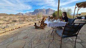Namibia Rundreise Corona, Hohenstein Lodge, Terrasse, Frühstück